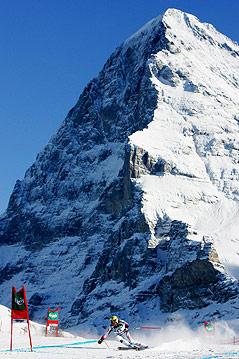Hermann Maier bei der Abfahrt in Wengen mit Bergpanorama im Hintergund