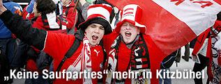 Zwei angetrunkene Fans feiern vor der Abfahrt in Kitzbühel