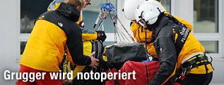 Hans Grugger wird mit dem Helikopter ins Krankenhaus gebracht