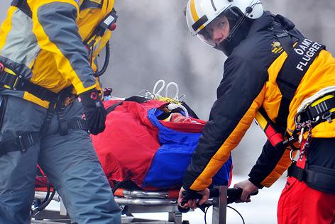 Hans Grugger wird schwer verletzt auf der Trage weggetragen