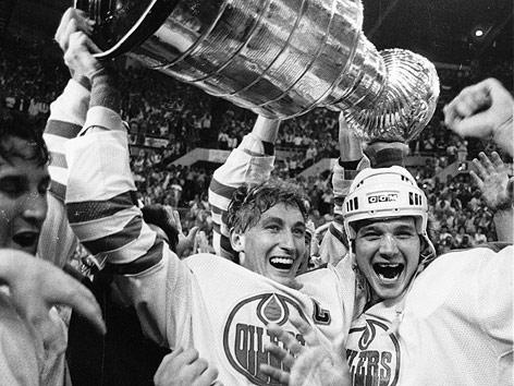 Wayne Gretzy und Mike Krushelnyski (beide Edmonton Oilers) halten den Stanley Cup