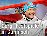 Elisabeth Görgl jubelt mit einer Österreich-Fahne über ihren Abfahrtssieg