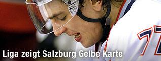 Enttäuschter Blick von Eishockeyspieler Florian Mühlstein (Salzburg) auf der Bank