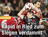 Ried's Tormann Wolfgang Hesl und Rapid's Atdhe Nuhiu