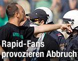 Polizeisperre vor wütenden Fans