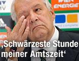 Rapid-Präsident Rudolf Edlinger greift sich aufs Auge