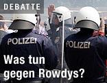 Polizisten mit Schutzschirmen
