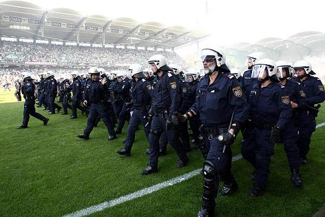 Polizisten im Hanappi-Stadion