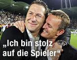 Trainer Franco Foda umarmt Sturm-Präsident Gerald Stockenhuber