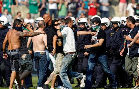 Rapid Fans und Polizisten bei Platzsturm