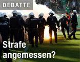 Polizisten auf Fußballfeld