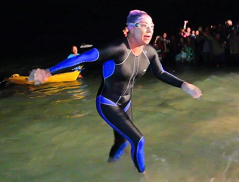 Penny Palfrey steigt aus dem Wasser