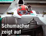 Michael Schumacher winkt aus dem Auto.