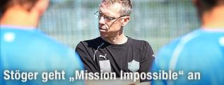 Wiener-Neustadt-Trainer Peter Stöger steht im Training seiner Mannschaft mit verschränkten Händen gegenüber