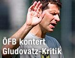 Abwiegelnde Geste von ÖFB-U20-Trainer Andreas Heraf