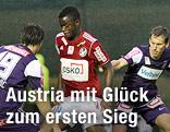 Marko Stankovic (FK Austria Wien), Bienvenue Basala-Mazana (SV Josko Ried) und Florian Klein (FK Austria Wien)