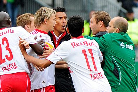 Rangelei zwischen Ricardo Moniz, Gonzalo Zarate, Stefan Hierländer (alle RB Salzburg) und Georg Harding (Wacker)