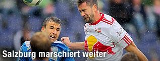 Thomas Kral (Wr.Neustadt) im Kopfballduell mit Stefan Maierhofer (RBS)