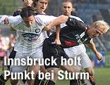 Imre Szabics (Sturm) gegen Martin Svenjnoha (Innsbruck)