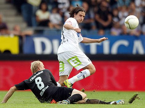 Martin Svejnoha (Wacker), am Boden liegend, versucht Imre Szabics (Sturm) aufzuhalten