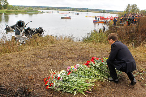 Russischer präsident medwedew legt blumen an der absturzstelle nieder