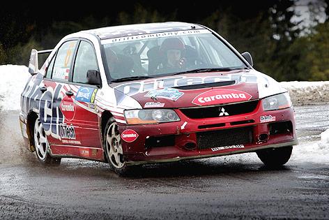 Beppo Harrach fährt mit seinem Mitsubishi in einer Kurve