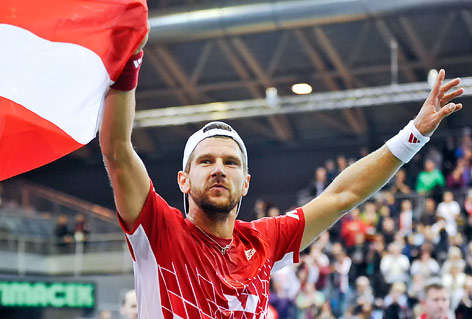 Jürgen Melzer hält mit Freude die österreichische Fahne in die Höhe