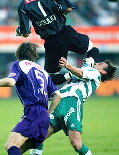 Austria Magna-Tormann Joey Didulica foult Axel Lawaree (Rapid Wien) in Kung-Fu-Manier