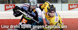 Adrian Veideman (Black Wings) und Benoit Gratton (Capitals)
