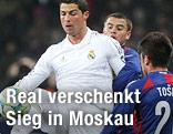 Cristiano Ronaldo (Real Madrid) kämpft mit Zoran Tosic (ZSKA Moskau) um den Ball