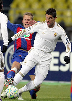 Pontus Wernbloom (ZSKA Moskau) kämpft mit Cristiano Ronaldo (Real Madrid) um den Ball