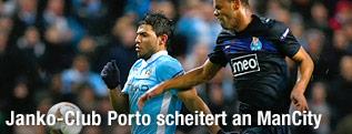 Sergio Aguero (ManCity) kämpft mit Portos Rolando um den Ball