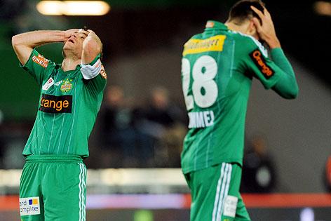 Steffen Hofmann und Christopher Trimmel (Rapid) halten sich enttäuscht den Kopf