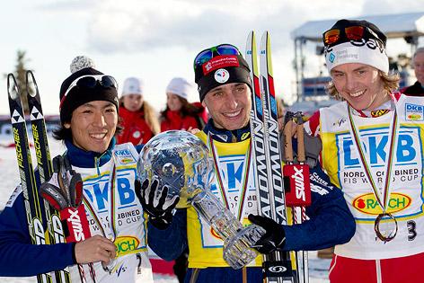 Jason Lamy Chappuis mit großer Kristallkugel sowie Akito Watabe und Mikko Kokslien