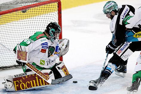 Justin Keller (Black Wings) bezwingt Ljubljana-Goalie Matija Pintaric