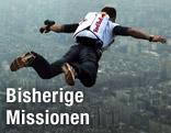 Basejumper Felix Baumgartner im Sprung über einer Skyline