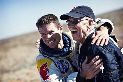 Felix Baumgartner umarmt seinen Ingenieur Mike Todd