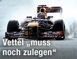 Sebastian Vettel fährt in seinem Red-Bull-Boliden auf nasser Fahrbahn