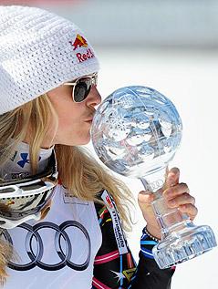 Lindsey Vonn (USA) küsst die Kristallkugel