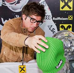 Marcel Hirscher setzt einem Weltcup-Pokal seine grüne Glückshaube auf