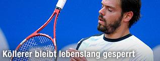 Daniel Köllerer wirft seinen Tennisschläger weg