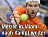 Jürgen Melzer schlägt den Ball
