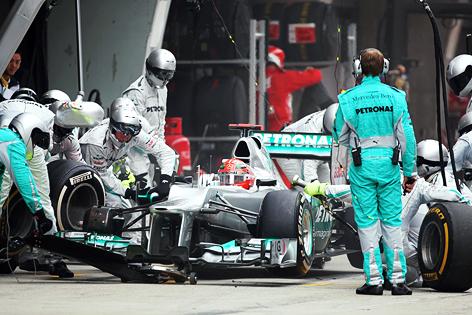 Michael Schumacher (Mercedes) beim Reifenwechsel in der Box