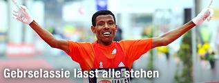 Der äthiopische Langstreckenläufer Haile Gebrselassie jubelt beim Zieleinlauf