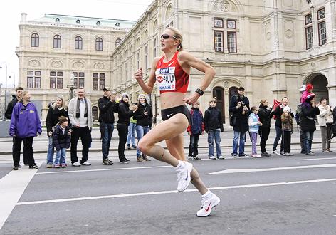 Britin Paula Radcliffe läuft bei der Oper entlang