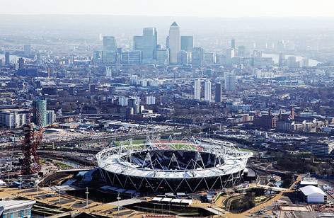 Luftaufnahme des neuen Olympiastadions in London, im Hintergrund das Finanzviertel Canary Wharf