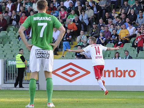 Adnan Mravac (Mattersburg) blickt dem jubelnden Jakob Jantscher (Salzburg) nach