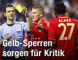 Schiedsrichter Viktor Kassai zeigt Bayerns David Alaba die Gelbe Karte