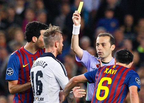 Meireles (Chelsea) sieht vom Schiedsrichter die Gelbe Karte