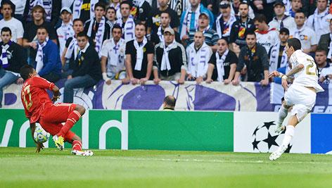 David Alaba (Bayern) stürzt zu Boden und berührt dabei mit seinem Unterarm den Ball, daneben Di Maria (Real)